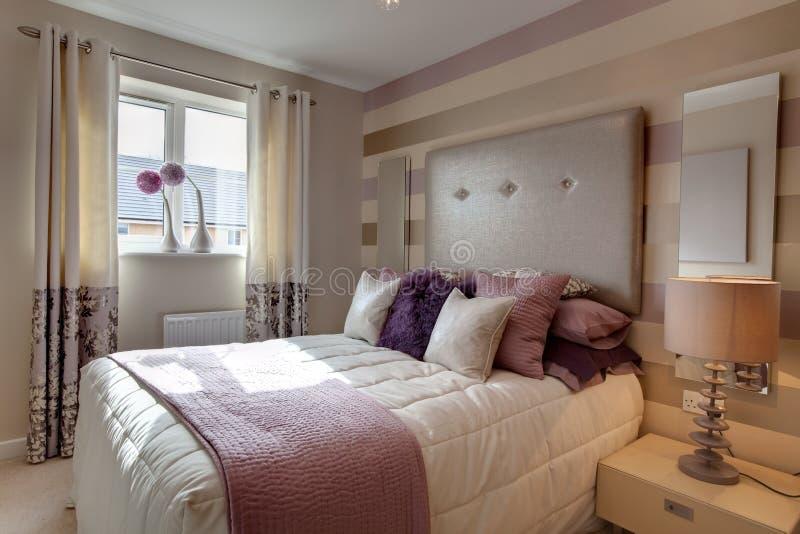 Chambre à coucher moderne élégante élégante photos libres de droits