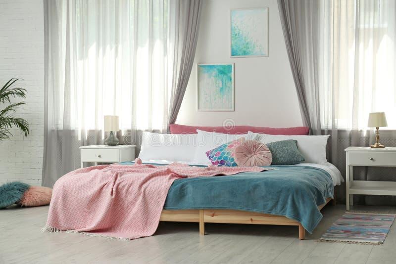 Chambre à coucher moderne élégante avec les éléments décoratifs image stock