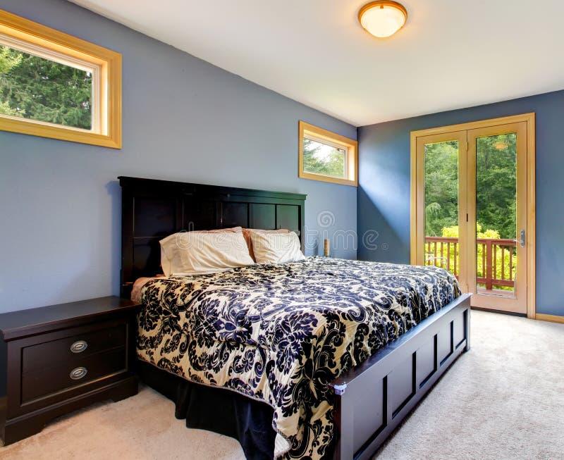 Chambre à coucher moderne bleue avec la porte de balcon photos libres de droits