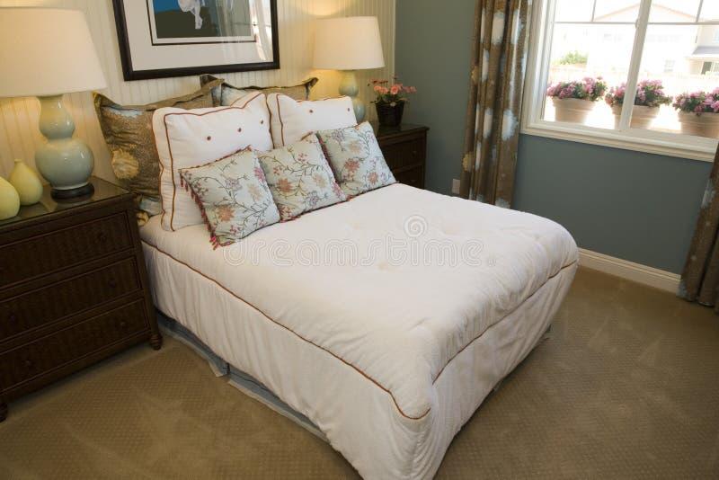 Chambre à coucher moderne confortable photos stock