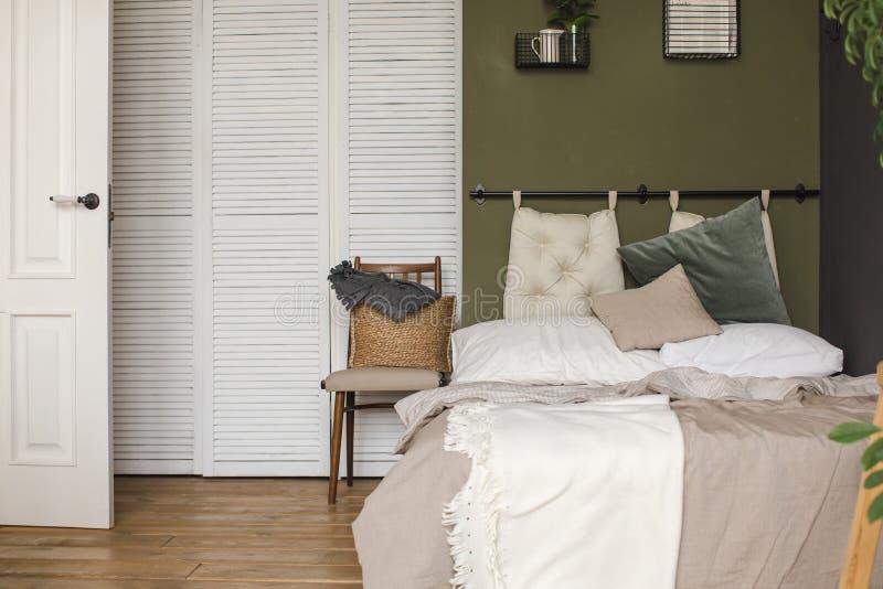 Chambre à coucher moderne confortable en journée images stock