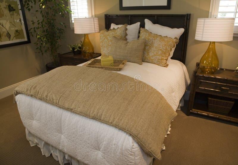 Chambre à coucher moderne de créateur. photographie stock