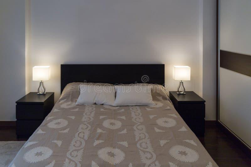 Chambre à coucher moderne de luxe de Spacy double avec les meubles en bois durs photographie stock