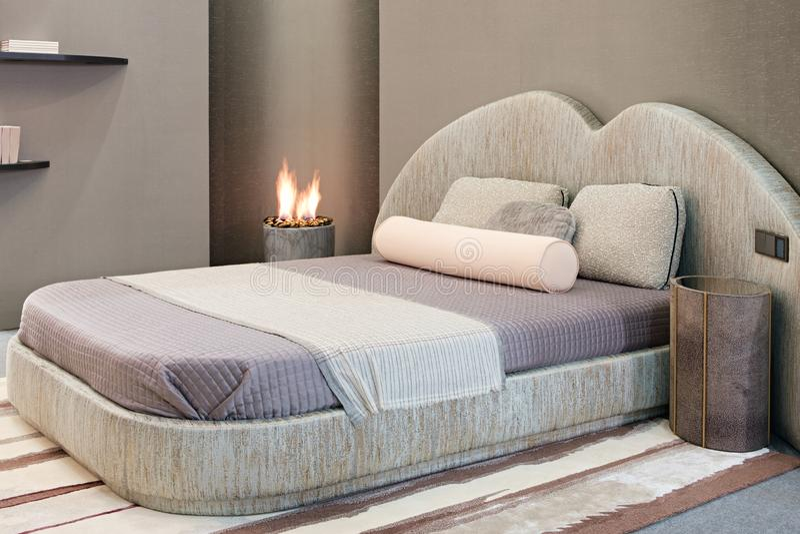 Chambre à coucher moderne de luxe de style, intérieur d'une chambre à coucher d'hôtel ou d'une maison privée ou appartement avec  photographie stock libre de droits