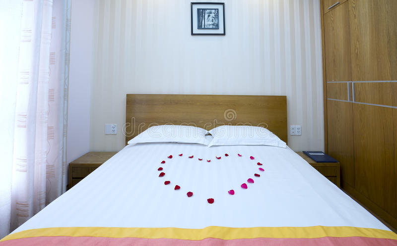 Chambre à coucher moderne en appartement luxueux photo stock
