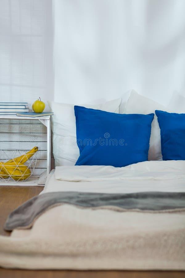Chambre à coucher modeste avec le matelas comme lit photo libre de droits