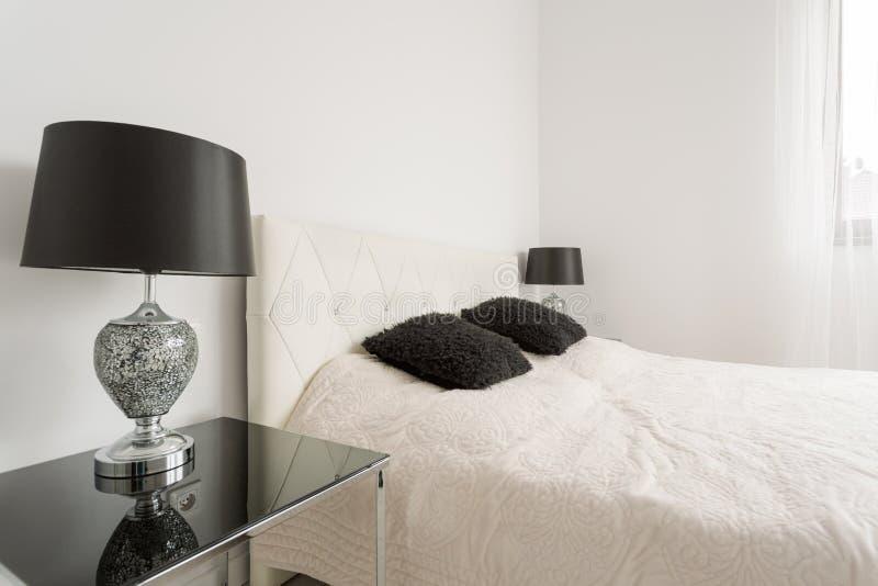 Chambre à coucher noire et blanche de Minimalistic images libres de droits