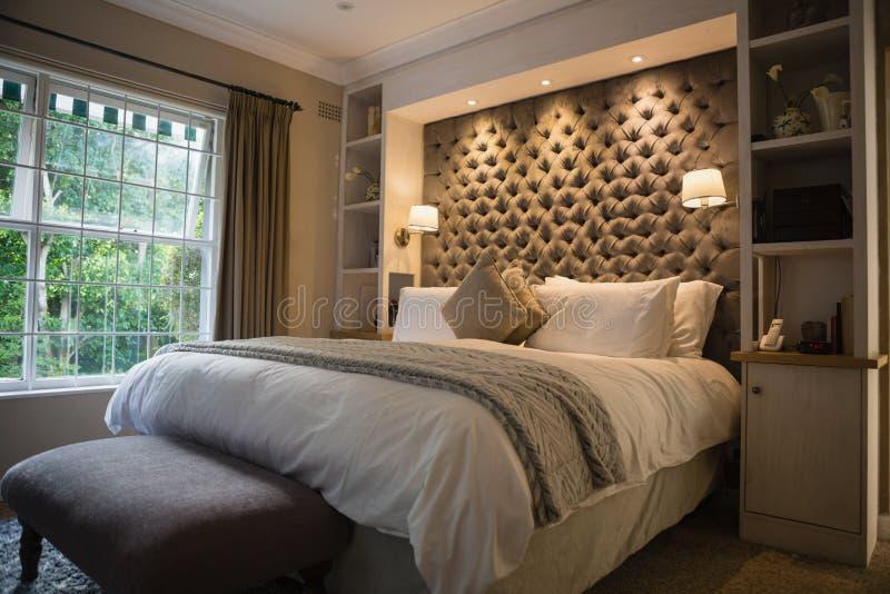 Chambre à coucher ordonnée lumineuse images stock