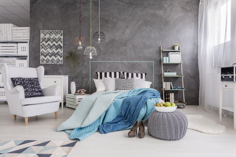 Chambre à Coucher Parfaite Pour Une Femme Célibataire Moderne Image ...