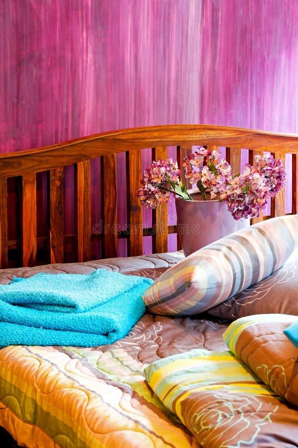 Chambre à coucher pourprée photographie stock libre de droits