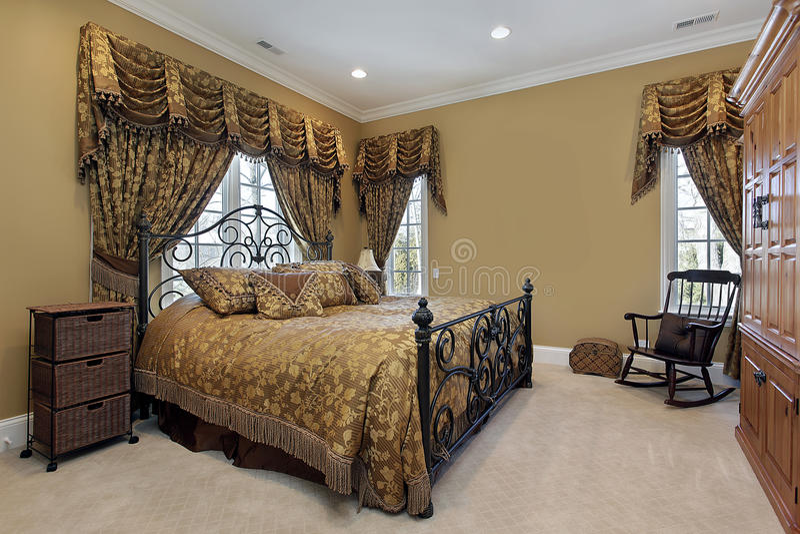 Chambre à coucher principale avec des murs d'or images libres de droits