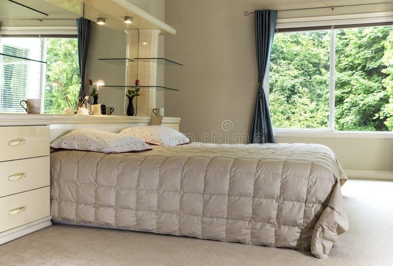 Chambre à coucher principale avec le grand hublot images stock