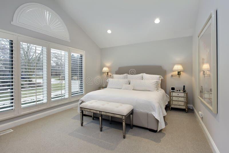 Chambre à coucher principale avec le mur des hublots image libre de droits