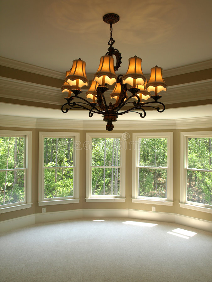 Chambre à coucher principale ronde de luxe de maison modèle avec la lumière photos libres de droits