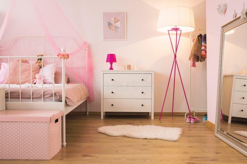 Chambre à coucher rose d'enfant avec la lampe photo libre de droits