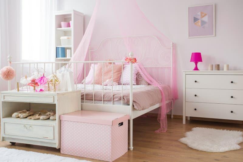 Chambre à coucher rose et blanche de princesse images libres de droits