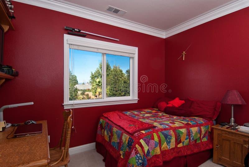 Chambre à coucher rouge photo stock. Image du clear ...