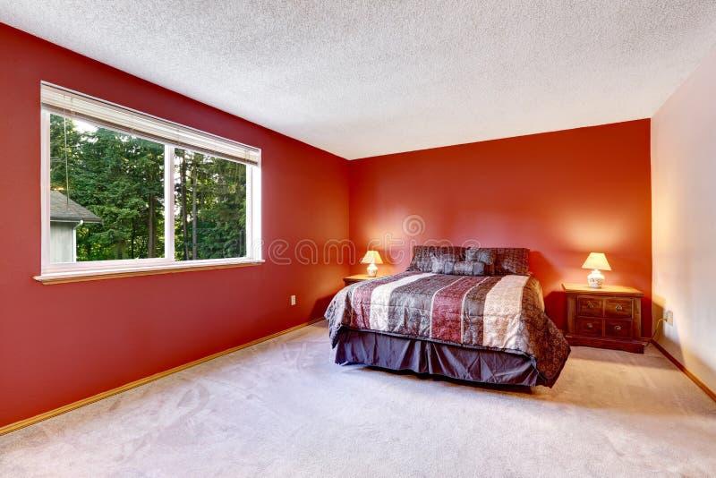Chambre à Coucher Rouge Avec La Moquette Beige Et La Literie Colorée ...