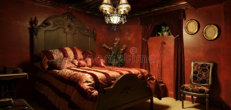 Chambre à coucher rouge baroque images stock