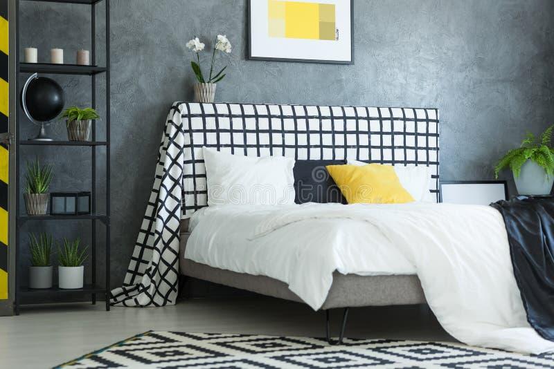 Chambre à coucher scandinave avec l'orchidée blanche photo libre de droits