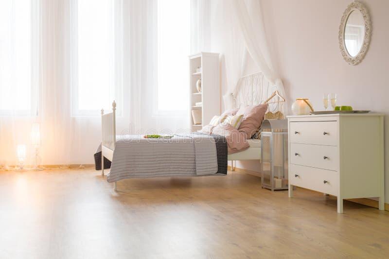 Chambre à coucher spacieuse avec le lit image stock