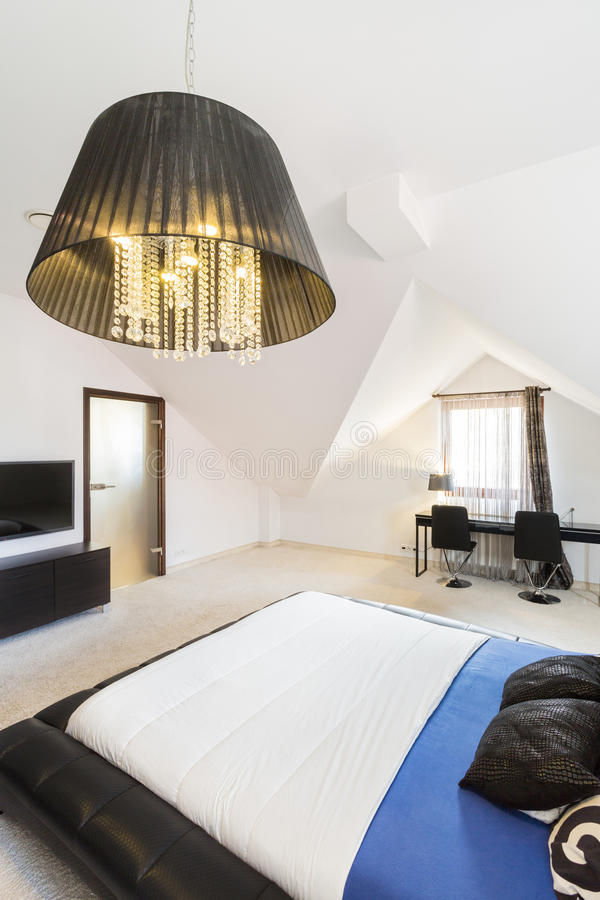 Chambre à coucher spacieuse dans une propriété moderne photographie stock