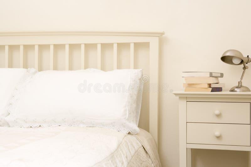 Chambre à coucher vide avec des livres sur le nightstand images libres de droits