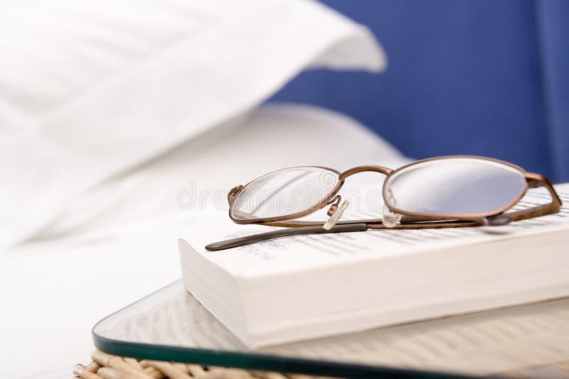 Chambre à coucher vide avec l'orientation sur les lunettes et le livre image libre de droits