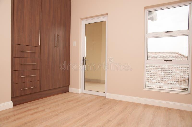 Chambre à coucher vide avec le balcon images libres de droits