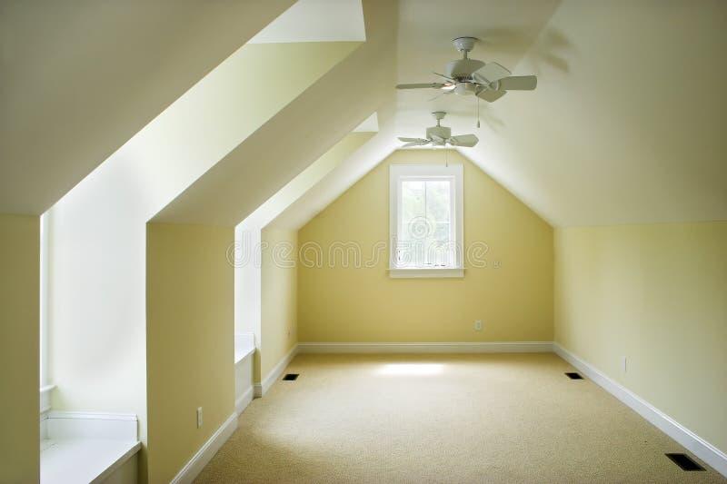 Chambre à coucher vide de grenier photos stock