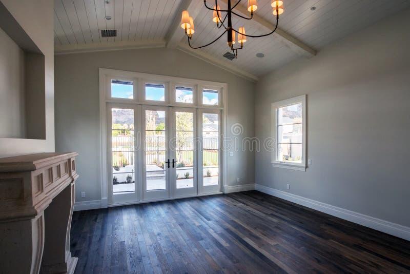 Chambre à coucher vide intérieure à la maison moderne photo libre de droits