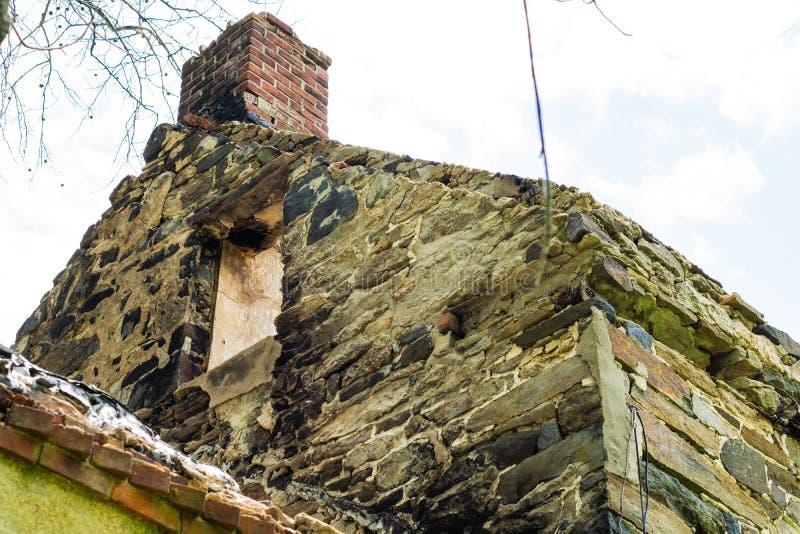 Chambre abandonnée brûlée dans Clay Creek blanc photographie stock libre de droits