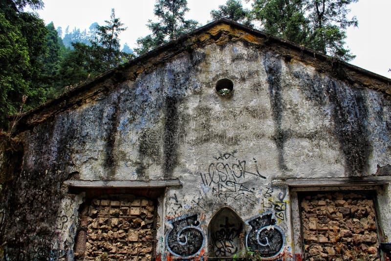 Chambre abandonnée dans la forêt photographie stock libre de droits