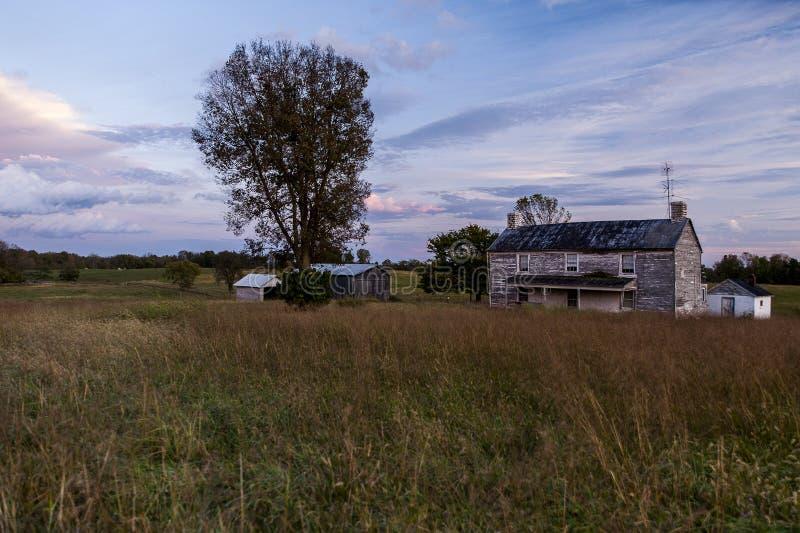 Chambre abandonnée de ferme au coucher du soleil - Kentucky photo stock