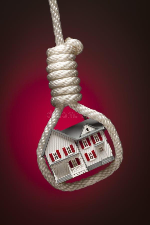 Chambre attachée et s'arrêtant dans le noeud coulant du bourreau images libres de droits
