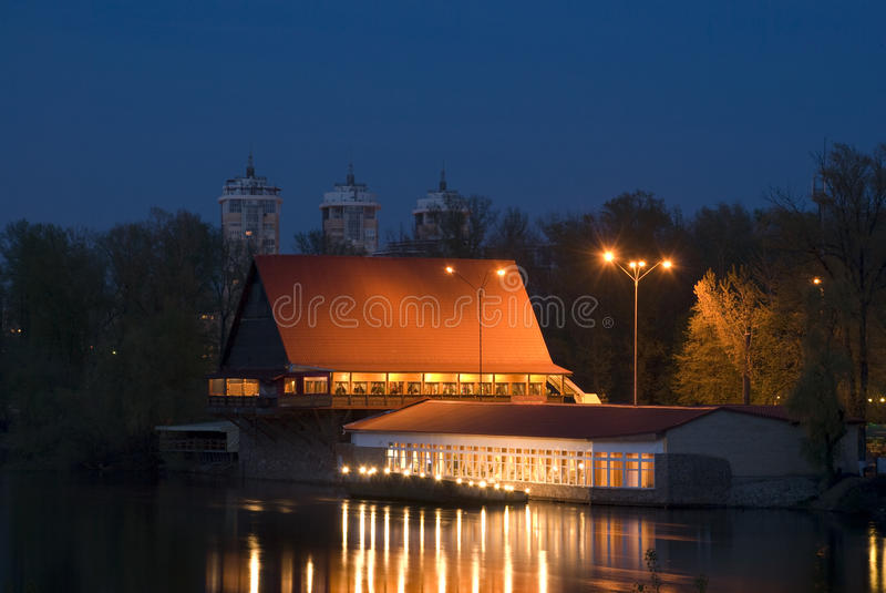 Chambre au-dessus du fleuve la nuit photo libre de droits