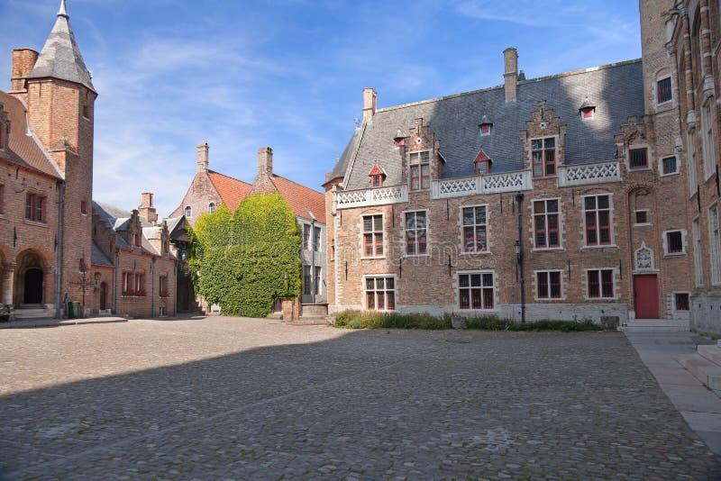 Chambre avec des vignes et vieille place à Bruges photos stock