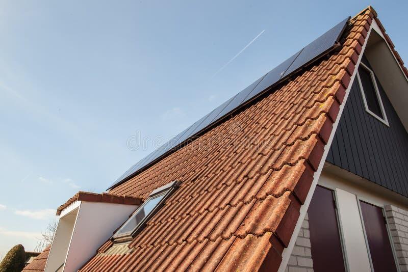 Chambre avec l'énergie propre, panneaux solaires installés sur le toit images stock