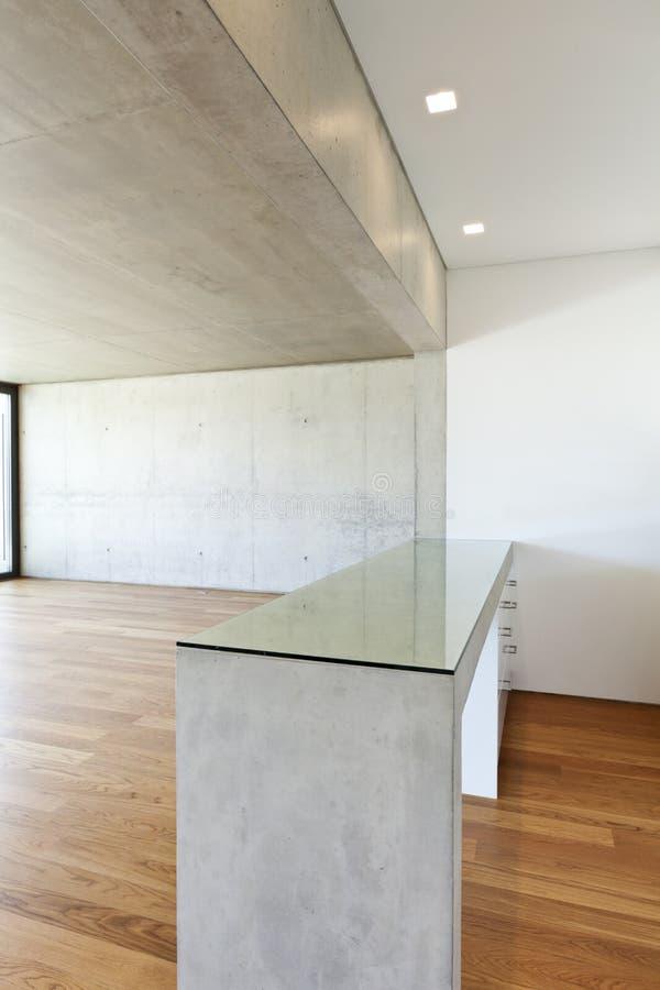 Chambre avec l'étage de bois dur, table concrète photo libre de droits