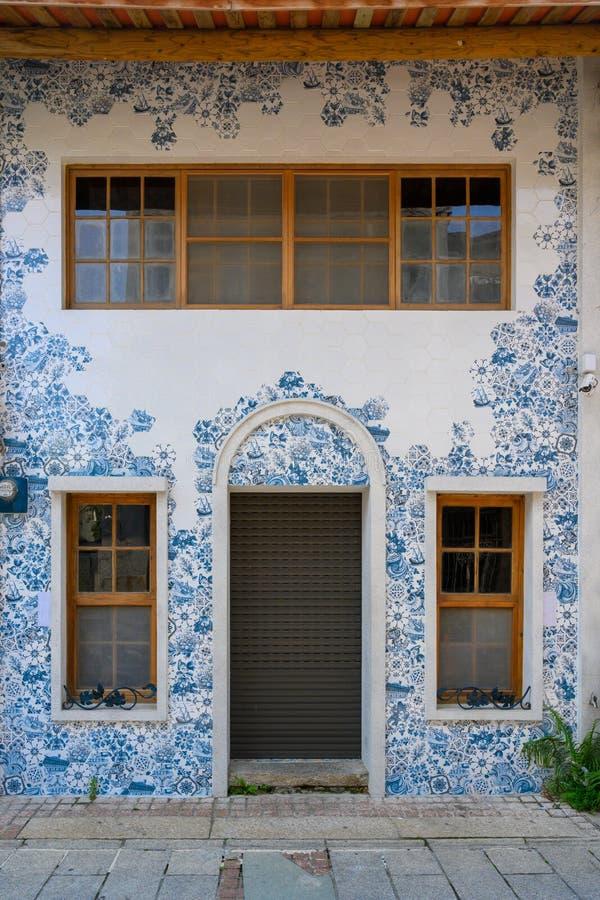 Chambre avec la décoration de mur du bleu de Delft, mosaïque de carreaux de céramique à Taïwan images stock