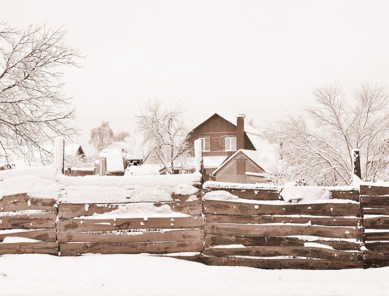 Chambre avec la propriété foncière, couverte de neige, la vue par derrière la barrière Composition, fond tonalité photos stock