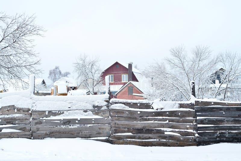 Chambre avec la propri?t? fonci?re, couverte de neige, la vue par derri?re la barri?re Composition, fond image libre de droits