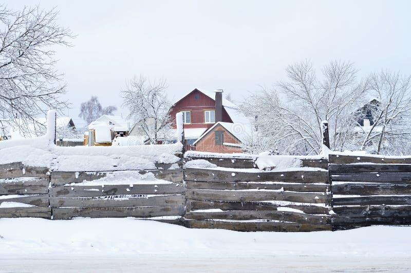Chambre avec la propri?t? fonci?re, couverte de neige, la vue par derri?re la barri?re Composition, fond photographie stock