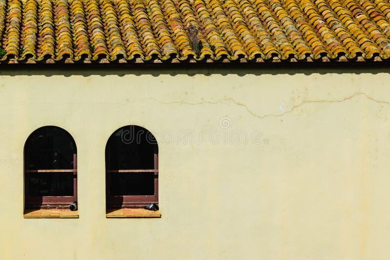 Chambre avec le toit de tuile et deux Windows photographie stock libre de droits