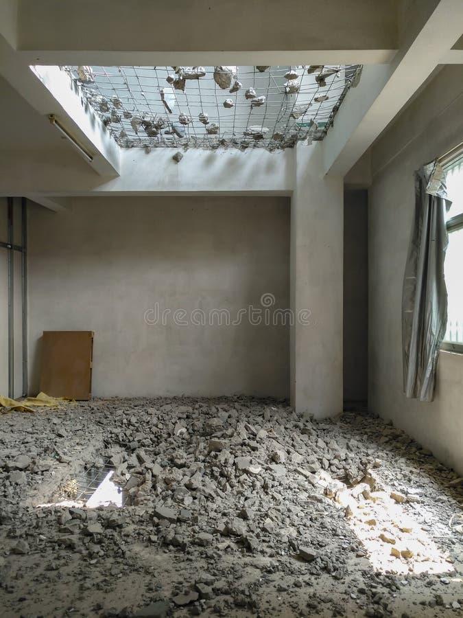 Chambre avec une partie de planchers démolie photo stock