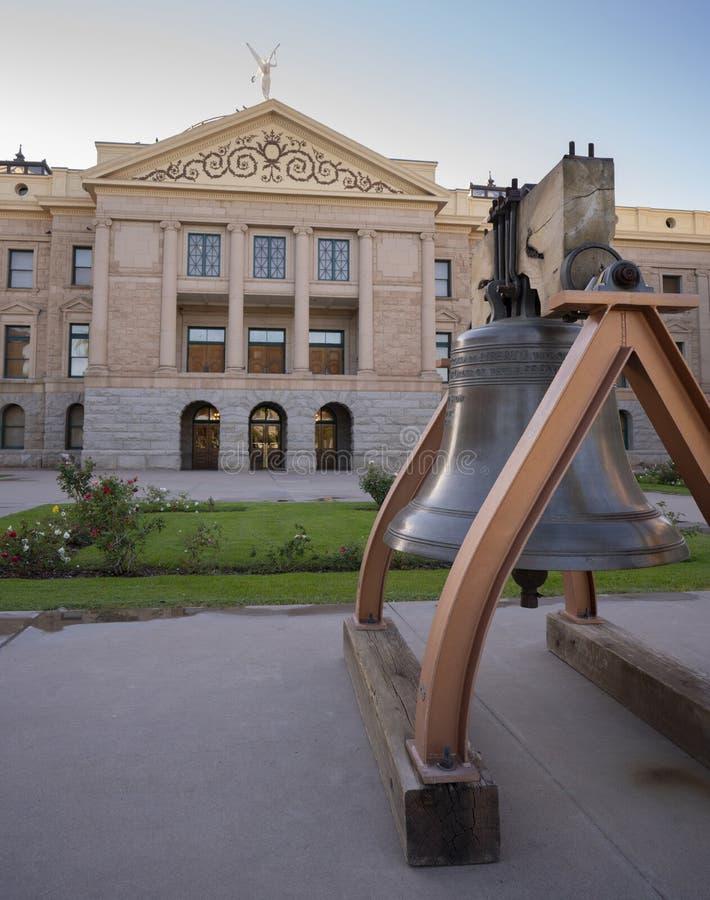 Chambre d'état et bâtiment capital de Liberty Bell Front Lawn Arizona photographie stock