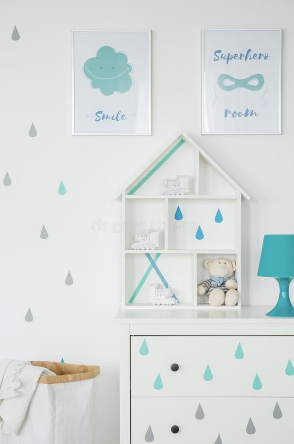 Chambre d'enfant blanche avec des affiches image libre de droits