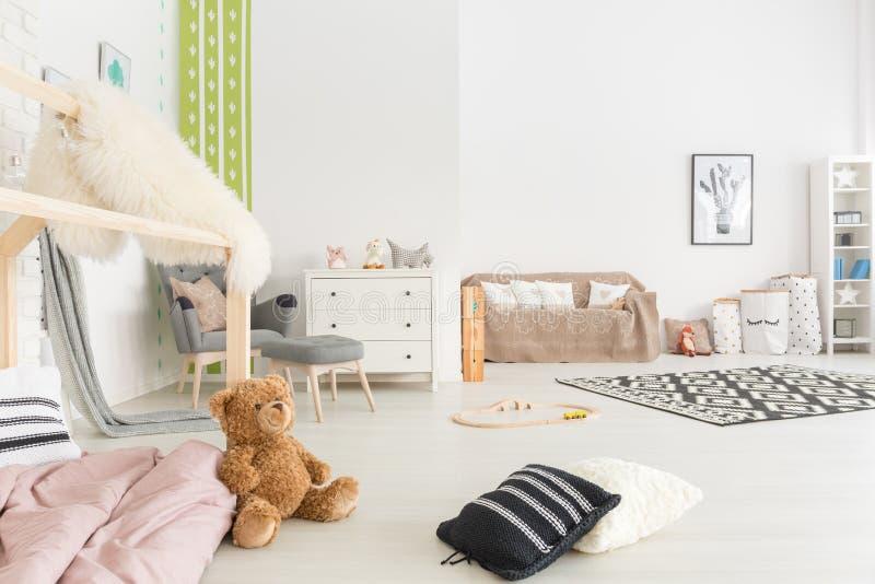 Chambre d'enfant spacieuse avec le lit image libre de droits
