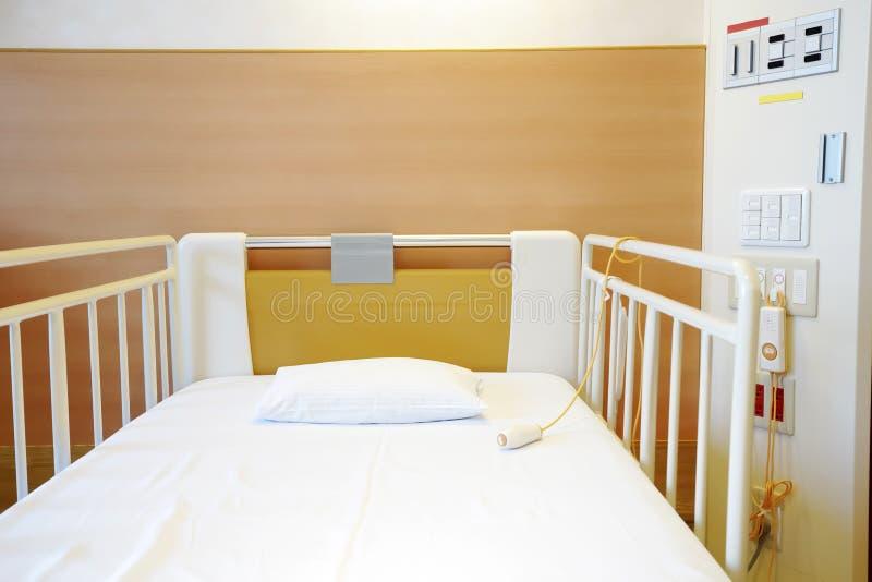 Chambre d'hôpital avec le lit vide photographie stock