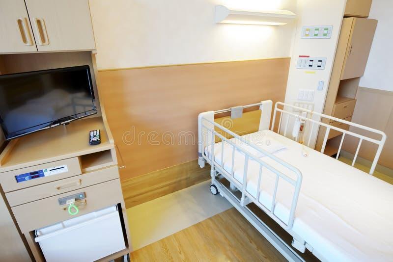 Chambre d'hôpital avec le lit vide photos libres de droits